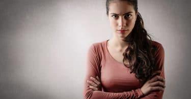 Femme en colère et enervée discussion parler