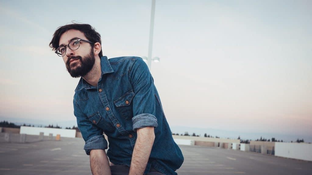 Homme entrepreneur qui ne procrastine pas